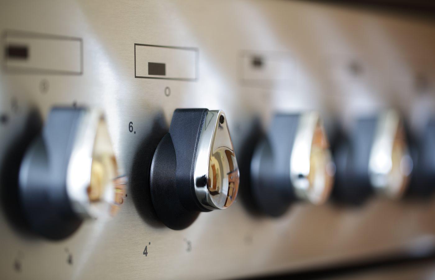 Commercial kitchen stove temperature controls